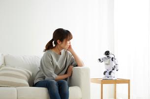 ロボットと会話する女性の写真素材 [FYI02866454]