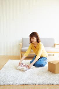 セーターをたたんで出荷作業をする女性の写真素材 [FYI02866498]