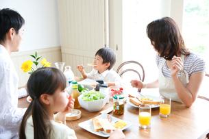 朝食中の4人家族の写真素材 [FYI02866630]