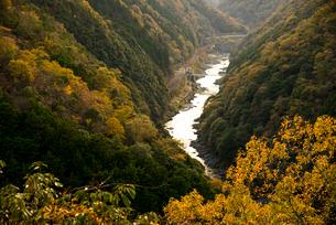 秋の桂川と保津峡の写真素材 [FYI02867026]