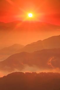 浅間山などの山並みと朝日の写真素材 [FYI02867719]