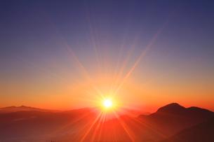 浅間山から昇る朝日と冠着山などの山並みの写真素材 [FYI02867833]
