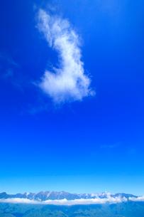 空木岳など中央アルプスの山並みと雲の写真素材 [FYI02868194]