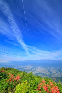空木岳など中央アルプスの山並みとツツジと伊那谷と飛行機雲の写真素材 [FYI02868241]