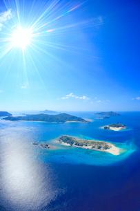 安慶名敷島と嘉比島など慶良間諸島の空撮と太陽の光芒の写真素材 [FYI02868255]