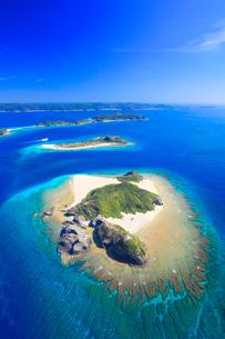 嘉比島と安慶名敷島など慶良間諸島とフェリーざまみの空撮の写真素材 [FYI02868259]