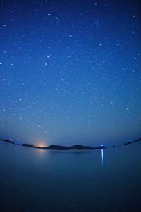 阿真ビーチから望む嘉比島など慶良間諸島と星空,魚眼の写真素材 [FYI02868271]