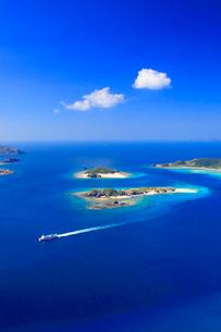 安慶名敷島と嘉比島など慶良間諸島とフェリーざまみの空撮の写真素材 [FYI02868276]