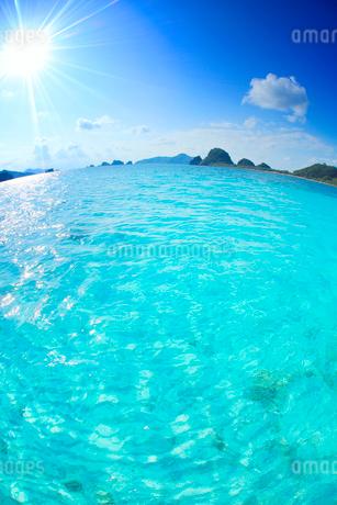 トロピカル色の阿真ビーチの海と深城の崎など慶良間諸島,魚眼の写真素材 [FYI02868297]