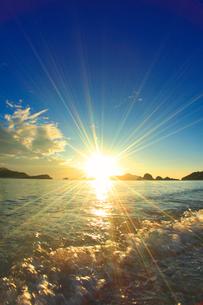 波しぶきと夕日と屋嘉比島など慶良間諸島の写真素材 [FYI02868304]