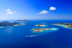 安慶名敷島と嘉比島など慶良間諸島とフェリーざまみの空撮の写真素材 [FYI02868323]
