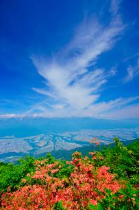 木曽駒ヶ岳など中央アルプスの山並みとツツジと伊那谷とすじ雲の写真素材 [FYI02868337]