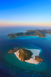 嘉比島と座間味島など慶良間諸島の空撮夕景の写真素材 [FYI02868355]