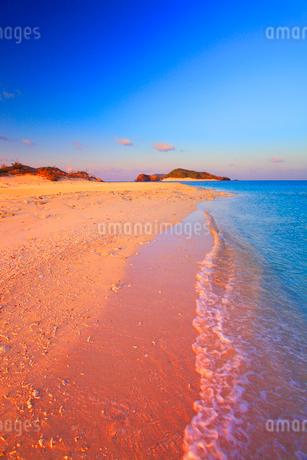 朝日に染まる安慶名敷島の砂州と嘉比島の写真素材 [FYI02868385]
