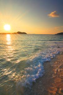 嘉比島の砂州に打ち寄せる波と朝日の写真素材 [FYI02868386]