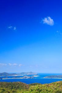 赤間山西展望台から望む屋嘉比島と嘉比島など慶良間諸島の写真素材 [FYI02868428]