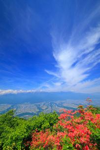 木曽駒ヶ岳など中央アルプスの山並みとツツジと伊那谷とすじ雲の写真素材 [FYI02868434]