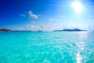 トロピカル色の海と嘉比島など慶良間諸島と太陽の光芒の写真素材 [FYI02868446]