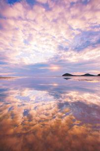 父母ヶ浜の水鏡と夕日の写真素材 [FYI02868540]
