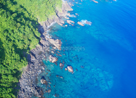 浦ノ内須ノ浦付近から望む東方向の海岸線の写真素材 [FYI02868660]