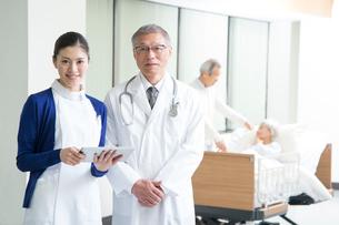 入院シニア患者と医者と看護師の写真素材 [FYI02869285]