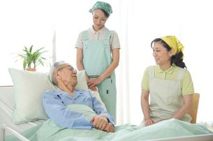介護ベッドの老人と介護ヘルパーの写真素材 [FYI02869323]