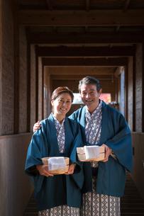 温泉で浴衣と羽織の中高年夫婦の写真素材 [FYI02869579]