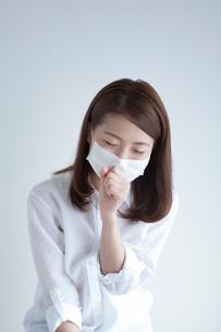 マスクをして咳き込む女性の写真素材 [FYI02869941]