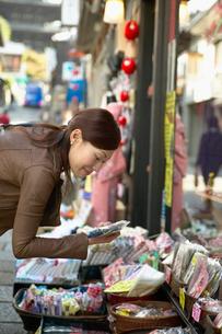 買い物をする日本人女性の写真素材 [FYI02870396]