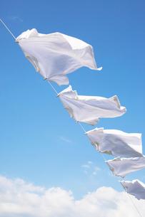 青空と洗濯物の写真素材 [FYI02870482]
