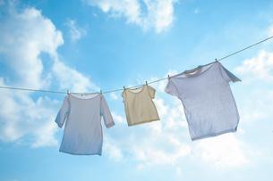 青空と洗濯物の写真素材 [FYI02870737]