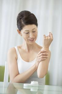 中年女性のスキンケアイメージの写真素材 [FYI02870937]