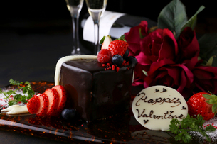 バレンタインケーキとコース料理の写真素材 [FYI02871072]