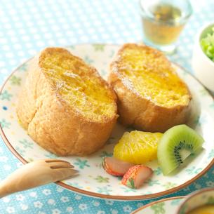 フレンチトーストのある朝食の写真素材 [FYI02872511]