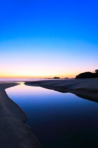 夜明けの浜辺に小川の写真素材 [FYI02872628]