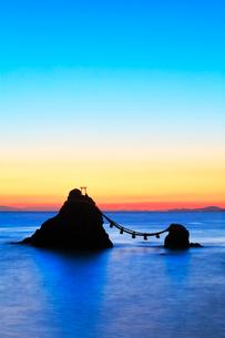 朝焼けの伊勢二見浦・夫婦岩に遠望富士山の写真素材 [FYI02872633]