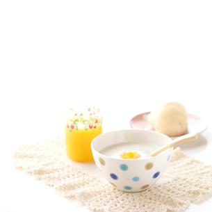 ヨーグルトのある朝食の写真素材 [FYI02872805]