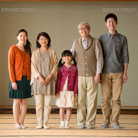 和室に並ぶ3世代家族の写真素材 [FYI02872868]