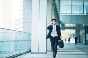 走るビジネスマンの写真素材 [FYI02872946]