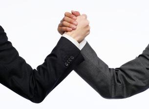 握手をする手の写真素材 [FYI02873445]