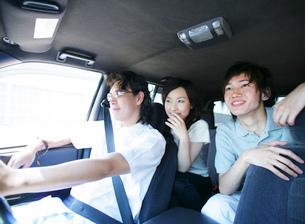 車で出かける若者たちの写真素材 [FYI02873960]
