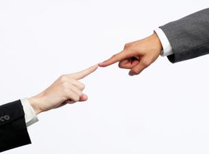 指をつける男女の写真素材 [FYI02874034]