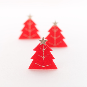 フェルトで作った赤いクリスマスツリー クラフトの写真素材 [FYI02874556]