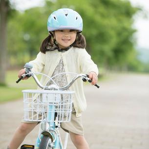 自転車に乗る女の子の写真素材 [FYI02874811]