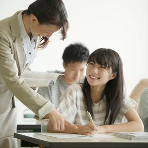 夏期講習を受ける学生の写真素材 [FYI02875021]