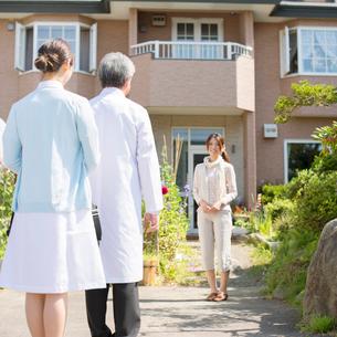 患者の家を訪問する医者と看護師(訪問医療)の写真素材 [FYI02875376]