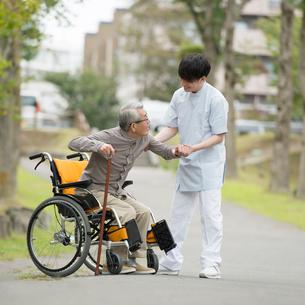 シニア男性を支える介護士の写真素材 [FYI02875461]