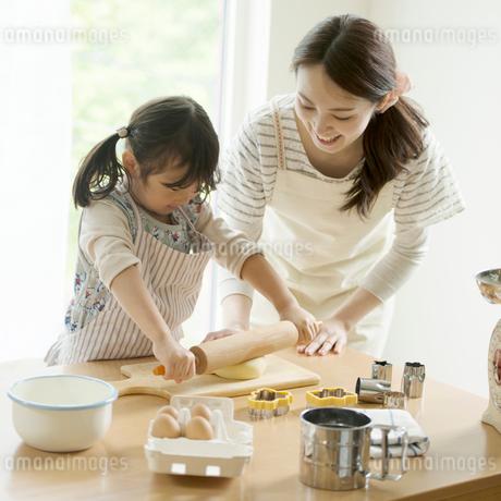 キッチンでお菓子作りをする親子の写真素材 [FYI02875487]