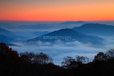 宮垣の雲海と朝焼けの写真素材 [FYI02875826]