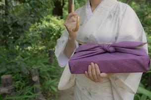 風呂敷包みを持つ着物姿の女性の写真素材 [FYI02875836]